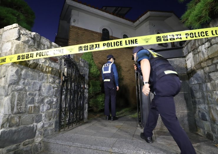 Singer-actress Sulli's home in Seongnam, Gyeonggi Province, is cordoned off pending a probe into her death, Monday. / Yonhap