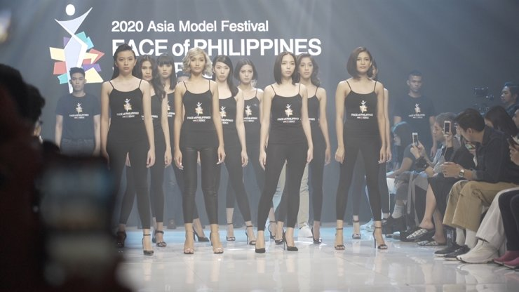 Contestants are introduced before the runway show. Korea Times photo by Kim Kang-min