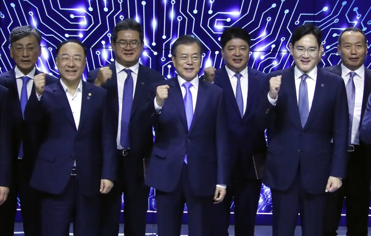 President Moon Jae-in, fourth from left, and Samsung Electronics Vice Chairman Lee Jae-yong, second from right, pose during an event announcing Samsung Group's investment in next-generation display technology and supporting plan for its subcontractors at Samsung Display's Asan plan in South Chungcheong Province, Thursday. Yonhap
