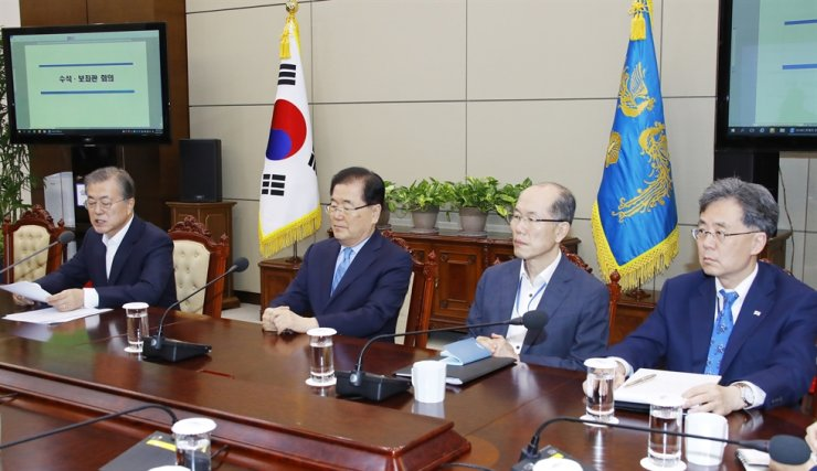 Kim Hyun-chong, right, second deputy of Cheong Wa Dae's National Security Office, with President Moon Jae-in, from left, NSO chief Chung Eui-yong, and first deputy Kim You-geun. Korea Times file