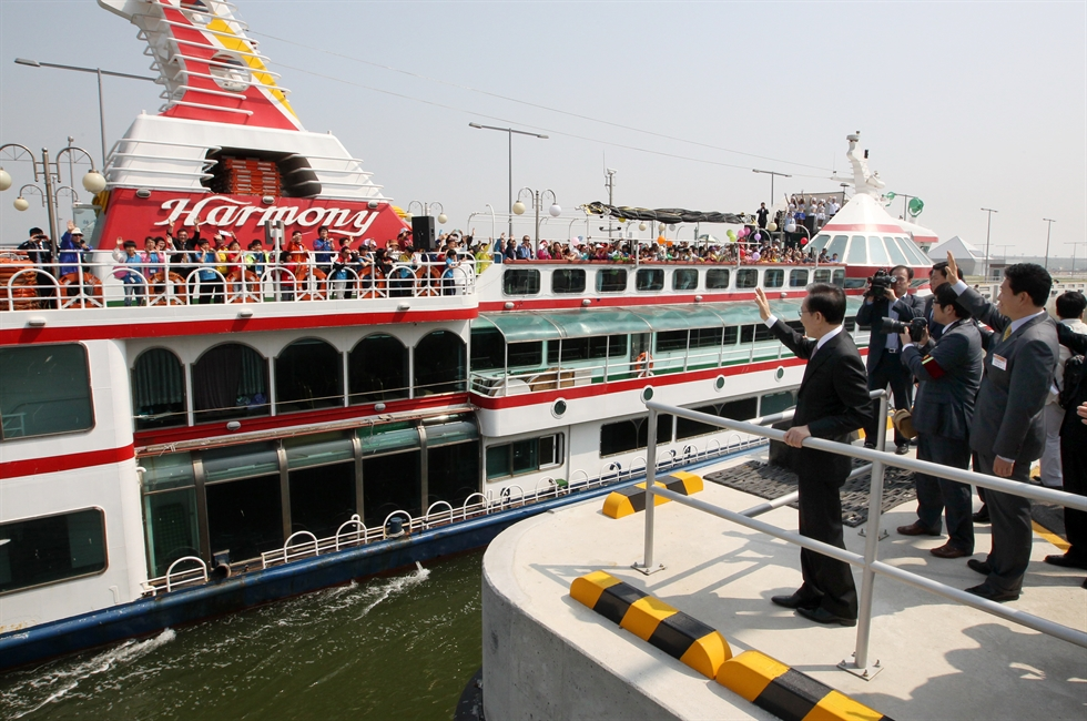 In this Sept. 4, 2018 photo, Gyeongin Ara Waterway's Gimpo Terminal remains empty amid frozen water. Korea Times file