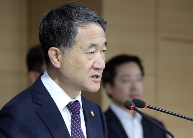 Health and Welfare Minister Park Neung-hoo speaks at the government complex in Seoul, Wednesday. He strongly advised people not to smoke flavored e-cigarettes, joining a wave of nations around the world that have imposed tougher regulations amid growing health risks linked to vaping. Yonhap