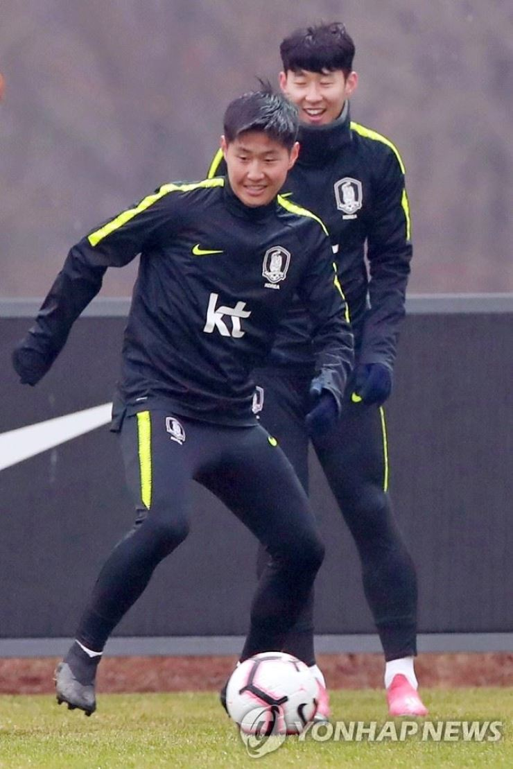 Tottenham Hotspur attacker Son Heung-min, rear, and Valencia midfielder Lee Kang-in will play for South Korea in its FIFA World Cup qualifier against North Korea in Pyongyang, Tuesday. / Yonhap