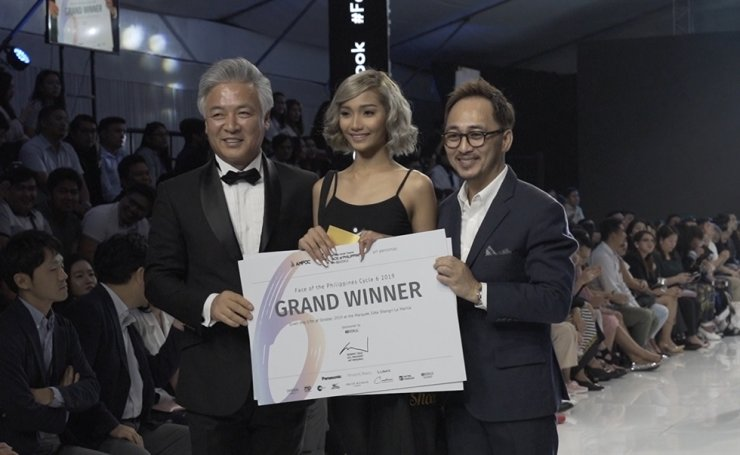 AMFOC chairman Yang Eui-sig, grand prize winner Hazel De Leon and Art Personas chief Ronnie Cruz. Korea Times photo by Kim Kang-min