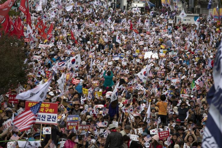 Protesters wave Korean and U.S. flags at Gwanghwamun Square in central Seoul, Thursday, during a massive rally organized by conservative groups to condemn the Moon Jae-in administration and call for Justice Minister Cho Kuk's resignation. / Korea Times photo by Choi Won-suk