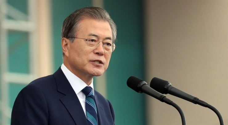 President Moon Jae-in is still being lauded in Pyongyang for his humble gestures shown during his visit last year, and Pyongyang citizens are not buying North Korea's rhetoric against him, according to sources familiar with the matter. / Yonhap