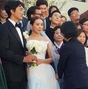 G-Dragon smiles behind the bride at the Grand Walkerhill Seoul Hotel's Aston House in Gwangjin District, Saturday. The groom is actor Kim Min-joon. Instagram