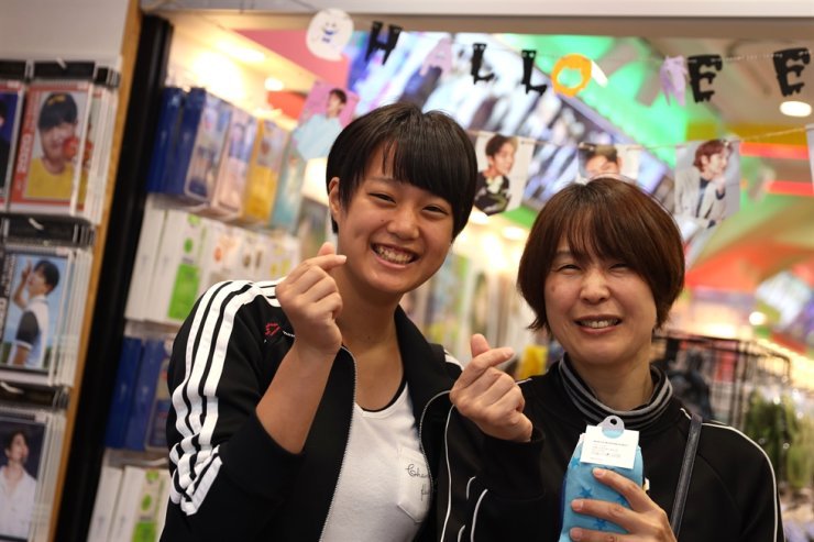 Haruna Suzuki, left, a 15-year-old student, and her mother Takako Suzuki, a 44-year-old office worker, from Saitama Prefecture, pose for a picture in Korea Town in Tokyo, Tuesday. On the same day, Japanese Emperor Naruhito held a ceremonial event to announce his coronation to the international community in Tokyo. Korea Times photo by Choi Won-suk
