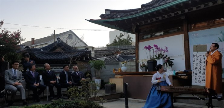 Dignitaries watch a traditional Korean music performance during the opening ceremony of the exhibition at Bukchon Hanok Village in central Seoul, Oct. 8./ Korea Times photo by Yi Whan-woo