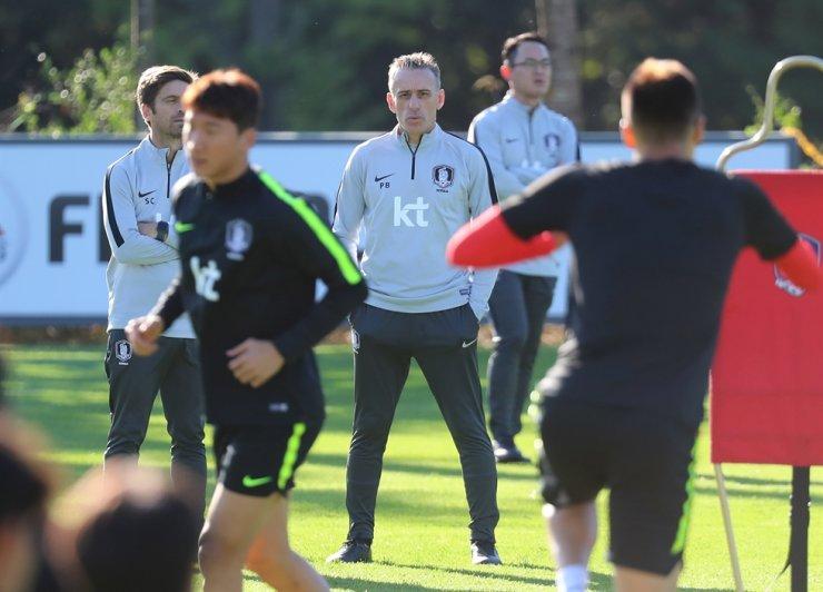 Paulo Bento, center, head coach of the South Korean men's national football team, watches his players during practice at the National Football Center in Paju, Gyeonggi Province, Tuesday. Yonhap