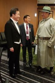 South Korean Prime Minister Lee Nak-yon, left, converses with Mongolian Prime Minister Ukhnaagiin Khurelsukh, right, as they wait to join the enthronement ceremony of Japan's new Emperor Naruhito, Oct. 22. Courtesy of the South Korean Prime Minister's Office