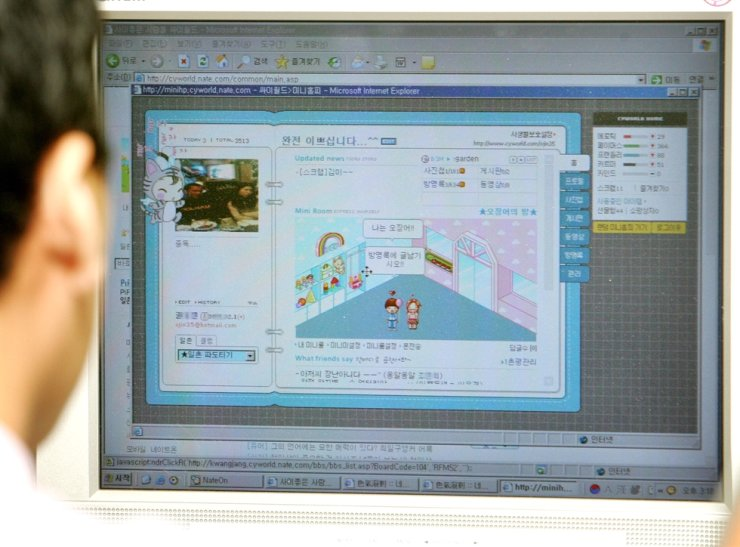 A person uses Cyworld's microblogging service in this 2006 file photo. / Korea Times file