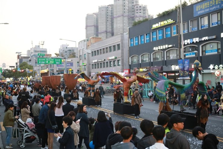 Last year's parade at the Pre-Historic Culture Festival in Amsa-dong, eastern Seoul / Courtesy of Gangdong-gu Office