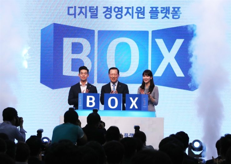 Industrial Bank of Korea (IBK) CEO Kim Do-jin, center, promotes the launch of its online corporate management platform for SMEs, Business Operation eXpert (BOX), at the bank's headquarters in Seoul, August 1. Courtesy of IBK
