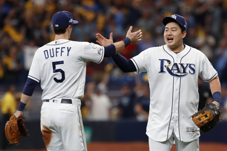 Tampa Bay Rays first baseman Choi Ji-man, right, and third baseman Matt Duffy celebrate after defeating the Houston Astros in Game 3 of a baseball American League Division Series in St. Petersburg, Fla., Monday. AP-Yonhap