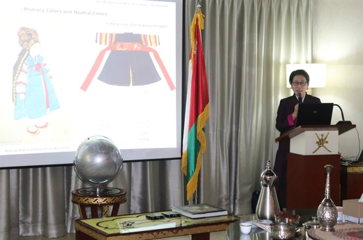 Designer Geum Key-sook gives a lecture on hanbok, the traditional Korean dress, during CICI's Korea CQ Forum on Tuesday at the Embassy of Oman in Seoul. Courtesy of CICI