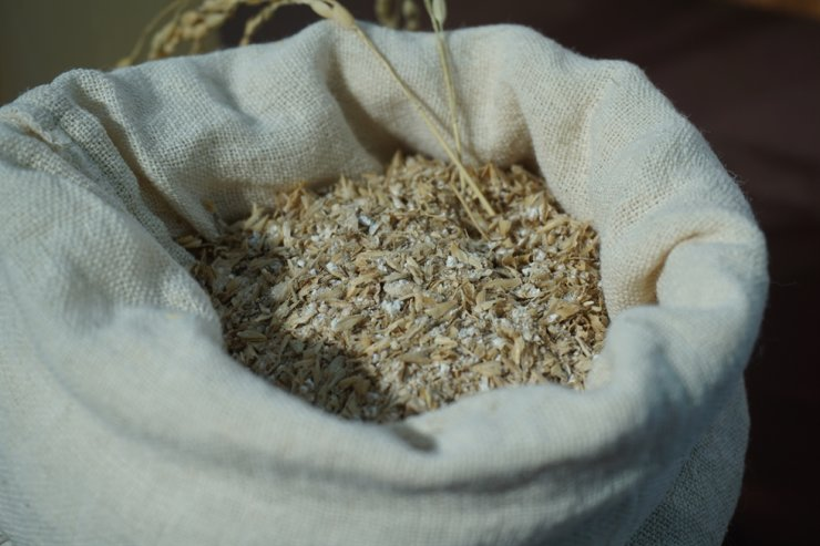 Rice grains in a carrier blanket/ Korea Times photo by Jung Hae-myoung