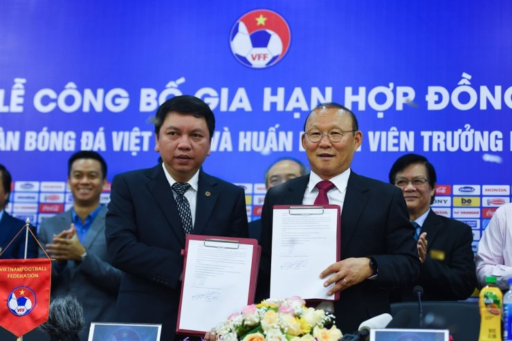 Vietnam's South Korean head coach Park Hang-seo, right, and Le Hoai Anh, General Secretary of Vietnam Football Federation, attend a signing ceremony in Hanoi on Nov. 7. The Vietnam Football Federation renewed the contract of Park for three years. AFP-Yonhap