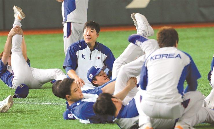 Korean national baseball team during training session in Tokyo on Thursday/ Yonhap
