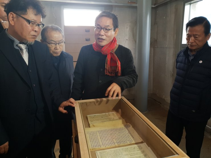 Suh Hae-sung, director of Seoul City's March 1 commemoration project, walks visitors through an exhibit of historical documents tracing the early development of Korea's democratic government, Monday. / Korea Times photo by Lee Suh-yoon