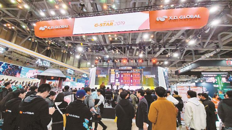 Visitors wait in line to enter Chinese game publisher X.D. Global's booth at G-Star game exhibition in Busan, Friday. / Korea Times file