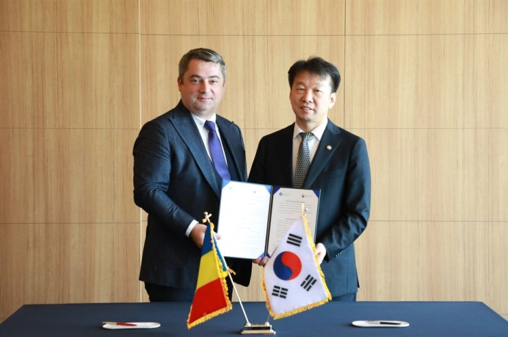 Public Procurement Service (PPS) Administrator Jung Moo-kyung, right, and his Romanian counterpart Bogdan Puscas show a memorandum of understanding at the Intercontinental Seoul COEX in Samseong, southern Seoul, Nov. 6. Courtesy of PPS