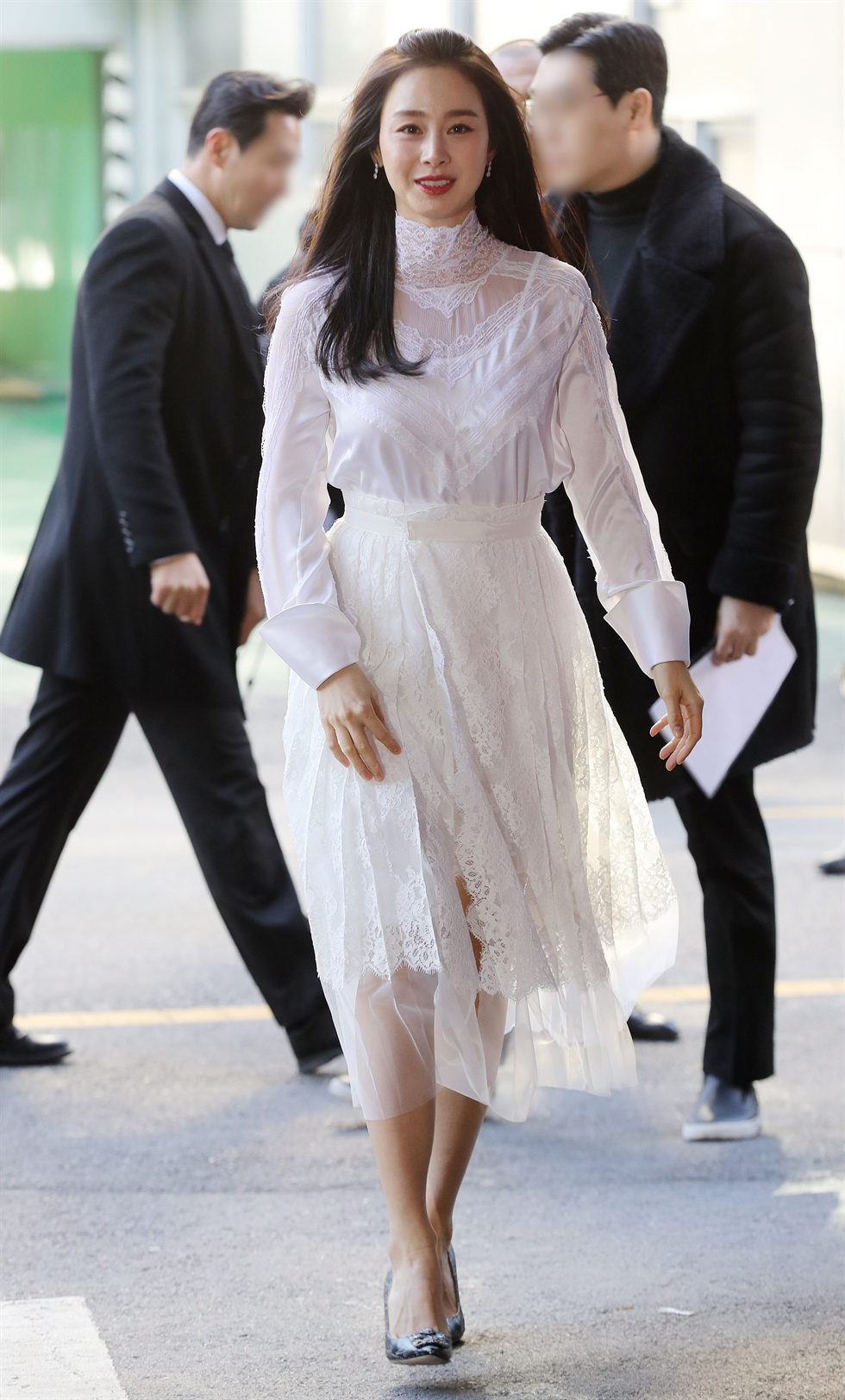 Actress Kim Tae-hee shows her radiant smile at a promotional event for a cosmetics brand in Seoul, Friday. It was her first appearance before the media after giving birth to her second child in September. She married K-pop singer Rain in January 2017 and had her first baby in October of that year. Yonhap