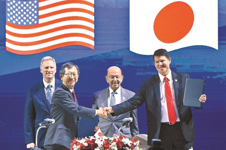 U.S. Secretary of Commerce Wilbur Ross, second from right, smiles as Japan's Ministry of Economy, Trade and Industry special adviser Tatsuo Terzawa, second from left, and U.S. Undersecretary for Economic Growth, Energy and the Environment shake hands during the Indo-Pacific Business Forum in Bangkok, Monday, on the sidelines of the 35th Association of Southeast Asian Nations (ASEAN) Summit. / AFP-Yonhap