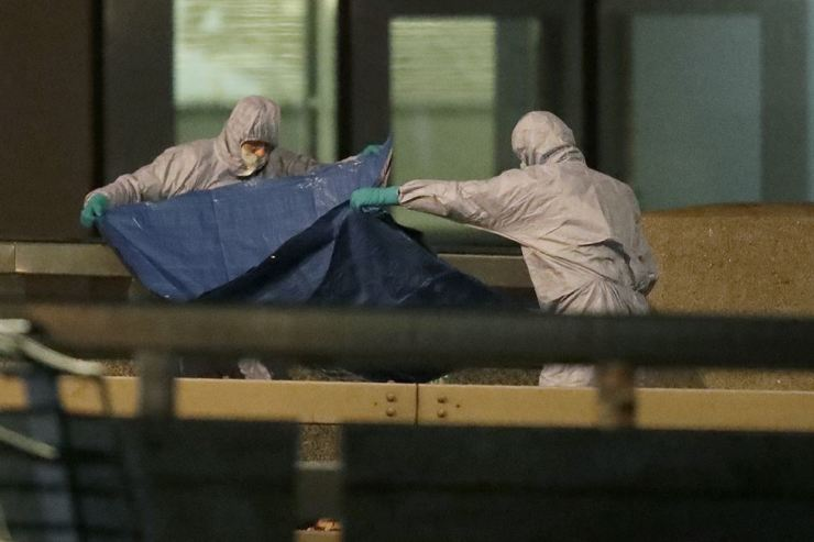 Police forensic officers work where a man was killed on London Bridge following an incident in London, Friday, Nov. 29, 2019. AP-Yonhap