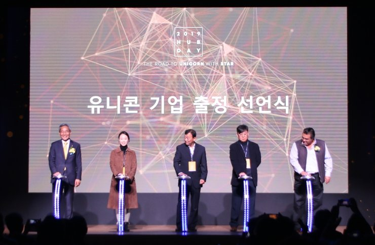 KB Financial Group Chairman Yoon Jong-kyoo, left, Saeed Amidi PNP CEO, right, and heads of fintech startups pose for a photo at 2019 HUB Day on Yeouido in Seoul, Nov. 13. Courtesy of KB Financial Group