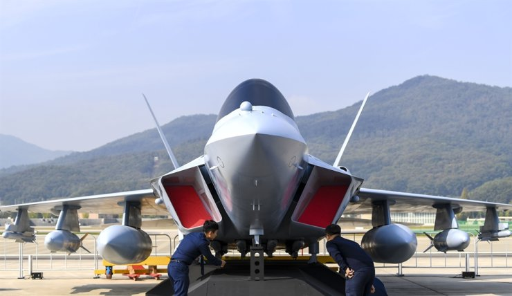 A full-sized mock-up of the Korea Aerospace Industries KF-X fighter jet in development is on display at the recent ADEX exhibition held at Seoul Airport in Seongnam, Gyeonggi Province, on the outskirts of Seoul. The KF-X is to enter service in 2026 at the earliest. Korea Times photo by Lee Han-ho