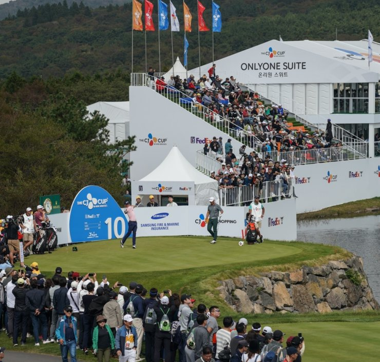 Seen above is the gallery crowding the 10th hole of the Club Nine Bridges on Jeju Island as Justin Thomas fires off a tee shot during the 2019 CJ Cup PGA tournament held from Oct. 17 to 20. CJ Group wants to change the event's venue to Haesley Nine Bridges in Yeoju, Gyeonggi Province, but is yet to see progress. Courtesy of CJ Group