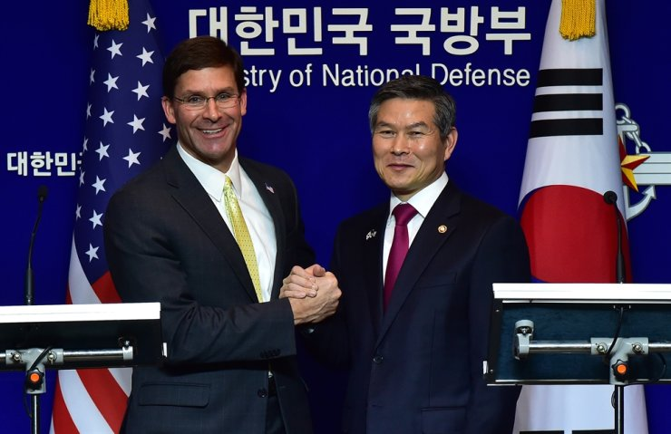 Defense Minister Jeong Kyeong-doo and U.S. Secretary of Defense Mark Esper hold hands after a joint press conference following the 51st Security Consultative Meeting, annual talks between the defense chiefs of the two allies, held at the Ministry of National Defense, in Seoul, Friday. Joint Press Corps