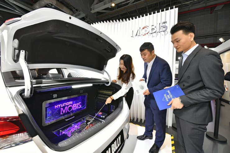 Visitors learn about Hyundai Mobis' auto parts technology at the China International Import Export (CIIE) held in Shanghai, Thursday. / Courtesy of Hyundai Mobis