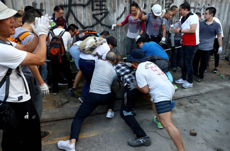 Local residents deconstruct a barricade outside the University of Hong Kong, in Hong Kong, China, November 16, 2019. Reuters-Yonhap