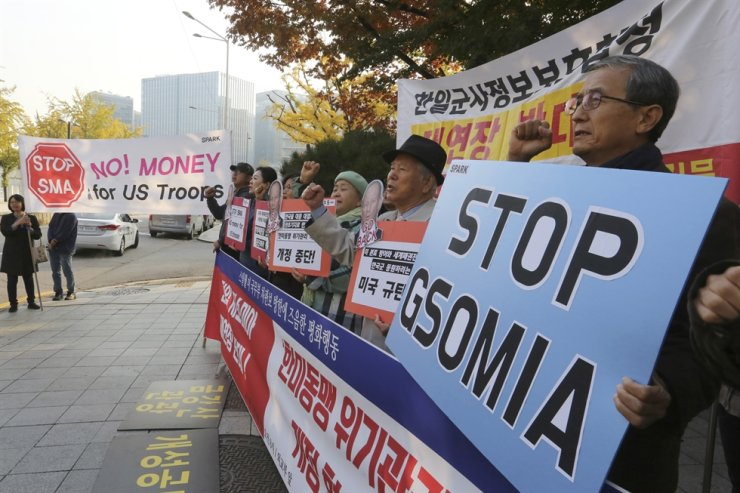 Protesters rally against U.S. demands for big increases in the payment for maintaining U.S. troops in Korea and reinstatement of the military information-sharing pact with Japan, in front of the Foreign Ministry in Seoul, Wednesday.  /AP-Yonhap