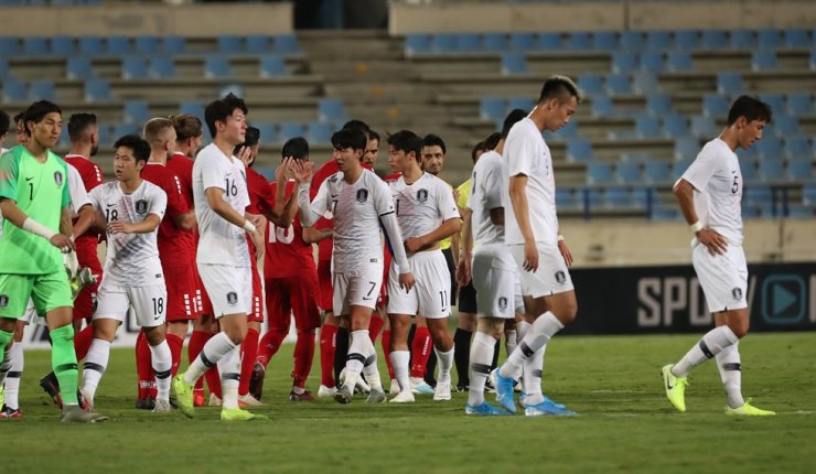 Players of the South Korean men's national team leave the Camille Chamoun Sports City Stadium in Beirut, Lebanon, after a 2022 Qatar World Cup qualifying match against Lebanon, Thursday. The game ended in a goalless draw. Yonhap