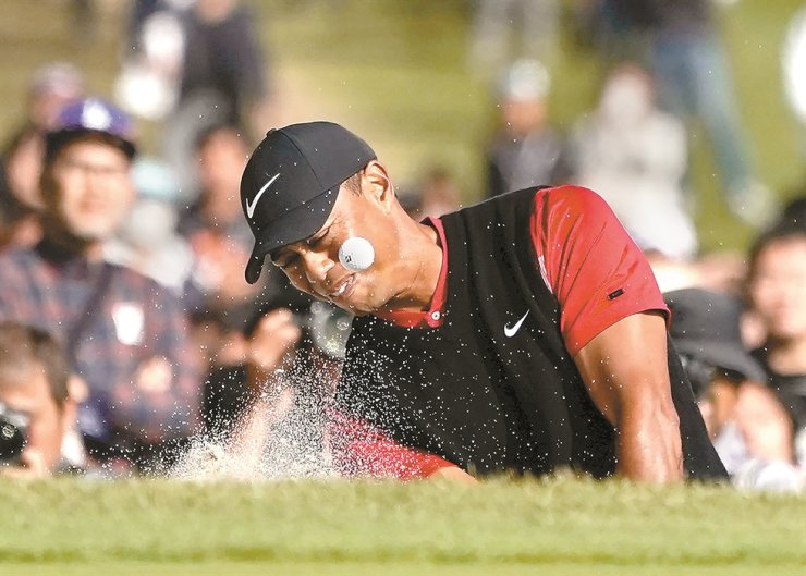 Tiger Woods of the United States hits a shot out of a bunker on the 18th hole during the final round of the Zozo Championship PGA Tour at the Accordia Golf Narashino country club in Inzai, east Japan, on Oct. 28. /AP-Yonhap