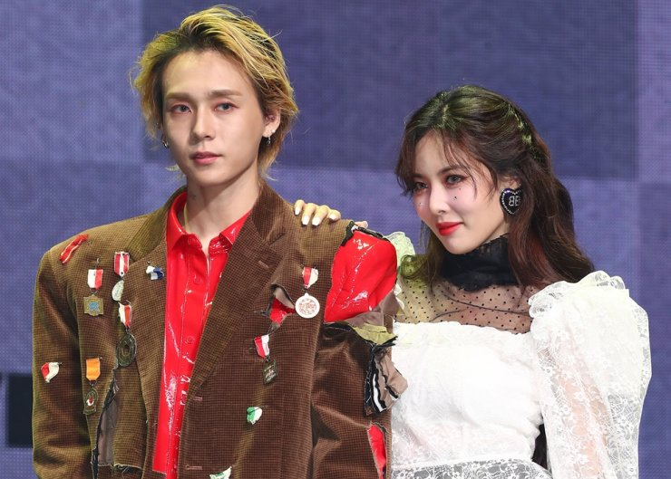 K-pop diva HyunA and her boyfriend DAWN, whose former stage name was E'DAWN, pose for photos during the joint showcase on Tuesday in Hannam-dong, Seoul. Yonhap