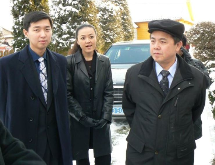 Kim Pyong-il, right, with his children in Narew, Poland, in May 2007 where he was the North Korean Ambassador to the country. Yonhap