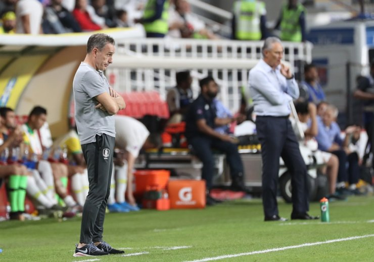 South Korean team's head coach Paulo Bento, left, and Brazilian head coach Tite watch the two countries' friendly at Mohammed Bin Zayed Stadium in Abu Dhabi, the United Arab Emirates, Nov. 19. Yonhap