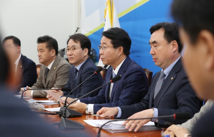 Rep. Cho Jeong-sik, chief policymaker of the ruling Democratic Party of Korea, center, speaks during a party meeting at the National Assembly, Thursday. Yonhap