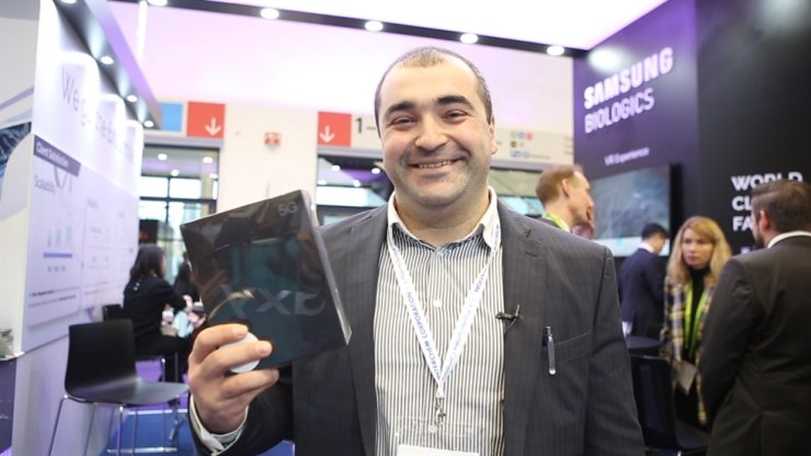 A participant of the 2019 Convention on Pharmaceutical Ingredients (CPhI) Worldwide holds Samsung Electronics' Galaxy Fold smartphone after winning it in a raffle held at the Samsung BioLogics' booth at the convention in Frankfurt, Wednesday (local time). The drug manufacturer drew keen attention from 2019 CPhI participants by holding a raffle every day during the show's three-day run. Courtesy of Samsung BioLogics