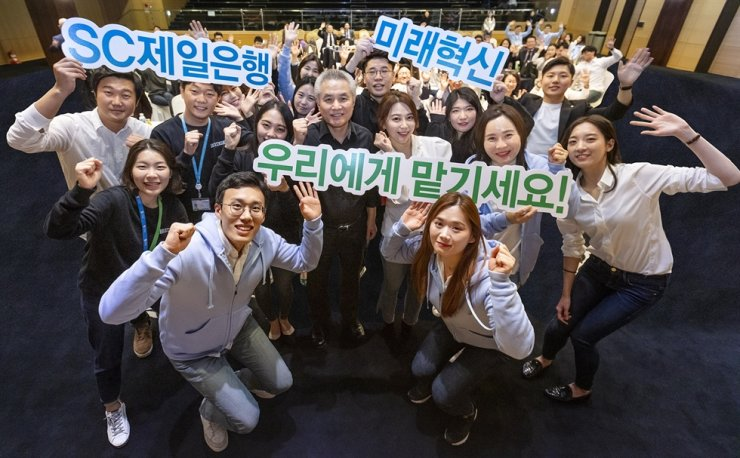 Standard Chartered (SC) Bank Korea CEO Park Jong-bok, second row fourth from left, poses with the bank's young workers at the bank headquarters in Seoul, Nov. 7, following the lender's innovative idea competition. Courtesy of SC Bank