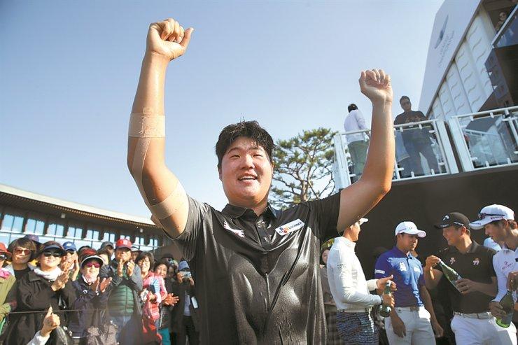 Golfer Im Sung-jae celebrates his victory at the KPGA Tour Genesis Championships in Incheon, South Korea, Oct. 13. /Yonhap