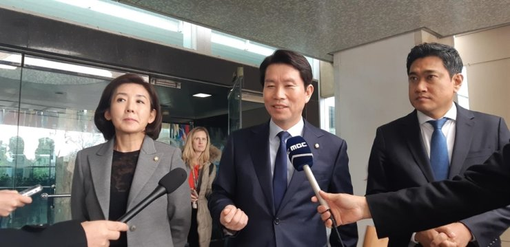 (From left) Na Kyung-won, Lee In-young and Oh Shin-hwan, South Korean floor leaders of the main opposition Liberty Korea Party, the ruling Democratic Party and minor opposition Bareunmirae Party, respectively, meet Korean correspondents in front of the United States Department of State in Washington, D.C., Nov. 21. Yonhap