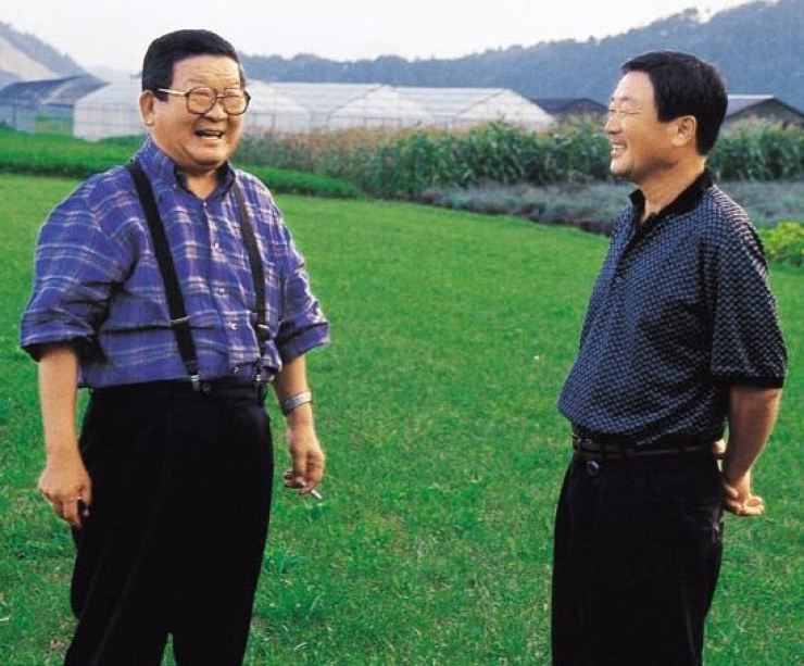 Koo Cha-kyung, left, with his son Koo Bon-moo in this photo taken on 1999. Courtesy of LG Group