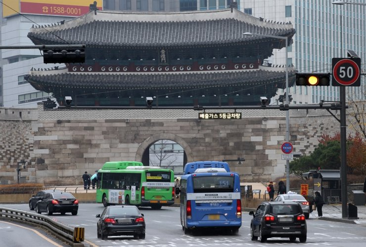 A surveillance camera is installed near Sungnyemun, one of the gateways to the Green Transport Zone in central Seoul, Sunday. / Courtesy of Seoul Metropolitan Government