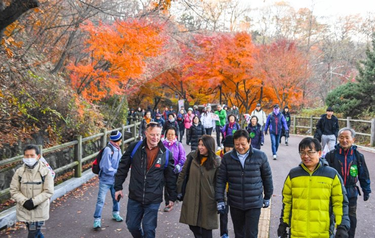 Participants walk on a trail encircling Mount Nam in central Seoul, Saturday. Korea Times photo by Ryu Hyo-jin