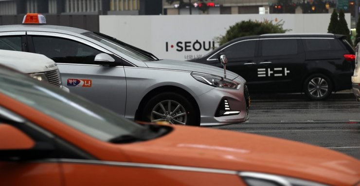 A National Assembly committee has passed a revision bill on outlawing the controversial taxi business of Tada, a Korean ride-hailing service operator. Yonhap